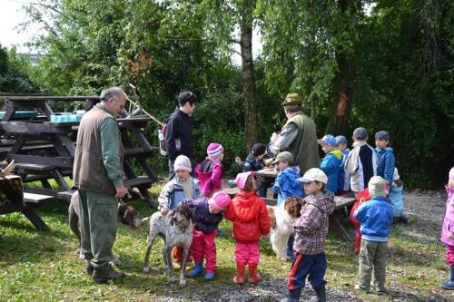 Děti z mateřské školky na myslivecké chatě